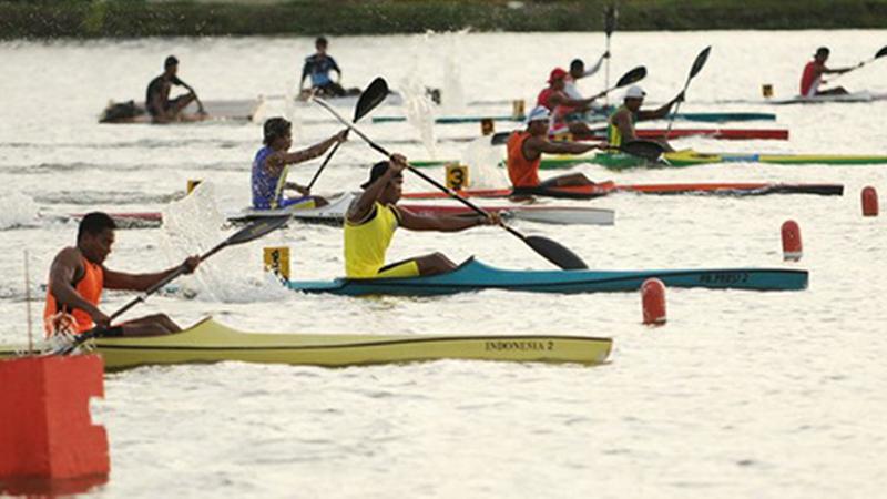 Sejumlah atlet dayung berlomba pada kelas canoeing nomor K-1 1.000 meter putra pada Kejurnas Dayung 2009 di Danau Tanjung Bunga Makassar, Kamis (17/12)